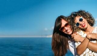 Dos amigas divirtiéndose en la playa.