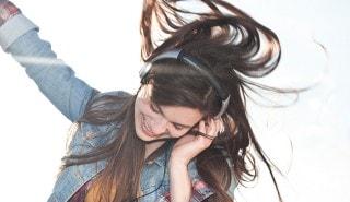 Dos mujeres con cabello brillante para ilustrar la página de shampoo Sedal.